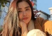 51岁王祖贤晒自拍照,20多岁的小年轻都羡慕她的发量