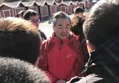 爬山偶遇外交部长王毅,他送给年轻人一句话!网友表示听男神的!