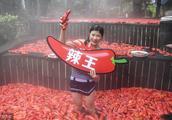 妹子温泉中挑战,1分钟吃下20个辣椒,比赛过程更是一道道美景