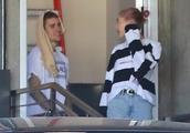 海莉·比伯参观贾斯汀·比伯健身房,豪华越野车抢眼