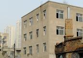 正在拆迁的棚户区受阻,因为这里立着几栋小四楼,是私建不?