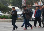 蚂蚁打的:走路看手机罚款?新条例实施,首张罚单金额曝光