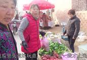 农村妯娌赶集来到上次买黄瓜的摊,婆婆说买你这黄瓜真上当呀夹心