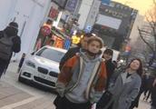 偶遇鹿晗关晓彤韩国商场购物,一路热聊女方身高瞩目,这举动好迷