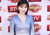 刘涛穿蓝色深V长裙亮相录制北京卫视春晚,皮肤白皙面带微笑