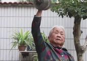 奶奶88岁徒手提起80斤大水缸