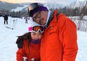 李湘夫妇晒女儿滑雪照片,Angela小脸通红