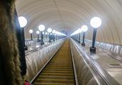 江苏小伙在莫斯科坐地铁,语言不通也能和俄罗斯美女合影