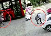 老人拦车未果怒砸公交被司机踹倒 车队回应:1年砸了20多块玻璃