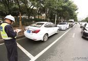 汽车停在停车位也被贴罚单?交警:这三种也算违停!