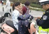 别再骑电动车带人了!郑州这四个路口开始严查,已有人被罚钱