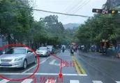 等红灯时前面的车坏了,后面的车实线变道算违章吗