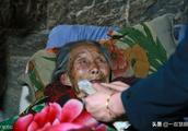 卧床不起百岁老太太:救救我吧!我不怕死,我的傻儿子没人管呀!