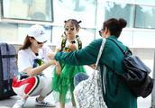 戚薇晒视频为女儿庆生,网友直呼:超可爱!虎妈也有温情面
