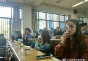 大学生上课集体吸烟,这是什么操作?