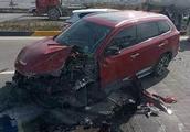 珠海鸡啼门大桥4车猛撞,男子横跨3车道车头撞毁,捂嘴直流血!