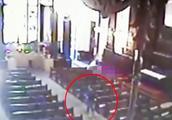 """监控曝光!巴西一男子朝教堂""""随意""""射击 打死4人后开枪自杀"""