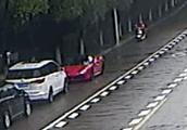 """""""嘭""""!浙江女大学生骑车看手机撞上违停法拉利!这20万车损该不该赔?"""