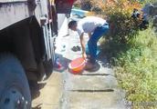 大货车司机在高速路上违停 竟是为了洗头+洗脚+洗衣服