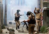印度突然恼羞成怒!警察部队遭血洗几十人死伤,却要拿邻国出气