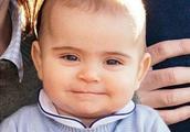 """凯特王妃家第三胎长大了!路易王子天生""""官方笑"""",爷爷超级宠爱"""