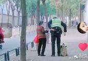 太感动了!交警牵手送老奶奶回家,这是今冬最温暖的遇见!