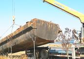 """4吨大船""""挪窝"""",两台吊车因它受损,老司机一来就想到办法"""