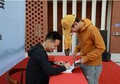 许晋杭在晋江签名售书义卖,所得13万皆捐给英林心公益慈善基金会