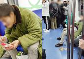 男子地铁吃小龙虾连吃14站 随地乱扔保洁人员两次上车清理