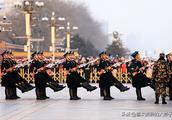 京城:正月十六天安门广场迎来大批游客观看降旗仪式