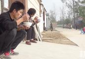 农村老家冬季就好这口,一碗醇香芝麻叶面条,邻里围坐吃着得劲!