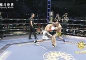 重拳战胜外国拳王!荣耀小将激战外国拳王两回合KO对手获胜!