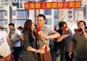杨祐宁晒庆功会照片,姚晨与杨祐宁喝交杯酒的样子很豪爽!