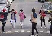 中国大妈,求求你们别出国旅游,网友怒斥:丢人丢到国外去了!
