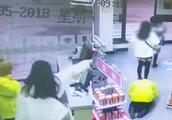 陕西:母女俩驾奔驰加油站剐蹭,起冲突后加油员被迫下跪磕头道歉