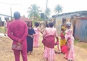 结婚当天新娘父亲突然取消婚礼,男方一脸无奈只能把饭菜都带回去