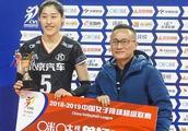 刘晓彤斩获MVP,赛后与队友同庆29岁生日,上海女排教练暖心