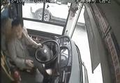 监控视频曝光!重庆公交坠江原因:乘客与司机激烈争执……