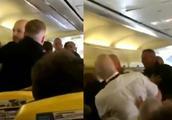 因女乘客上厕所没穿鞋 两男子在飞机上大打出手