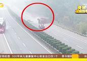 货车司机高速驾驶中,低头看手机两秒钟,事故发生了!