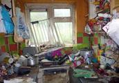 恶心!英住宅垃圾成山跳蚤泛滥无处下脚,门还被翔堵住如何生存?