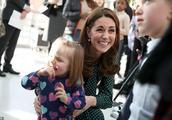 凯特王妃为好看拼了,光腿穿2千8波点裙年轻10岁,别人却穿羽绒服