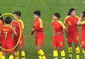 心疼,中国女足大胜尼日利亚,赛后王霜看着自己的手,张大嘴巴