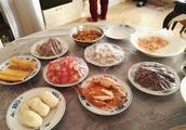 老外吐槽:为什么中国人吃饭不用盘子,这不是很好用吗?