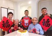 邓亚萍过46岁生日!晒一家五口全家福感谢父母 13岁爱子继承母业