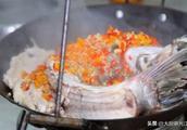 """厨师长教你:""""吊锅鲢鱼""""的江湖做法,浓汤肉鲜,很适合老人小孩"""
