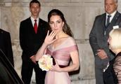 凯特王妃穿着Gucci精致的粉色长裙手拿花束,美出新高度