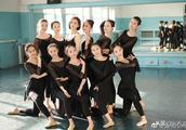 佟丽娅回新疆高调现身母校 大方露美背与学妹共舞美翻了!