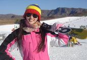 唐嫣早期滑雪照,一身玫红色滑雪服,彩虹色针织帽,甚是开心活力