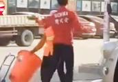 乱扔垃圾被阻,武馆教练街头猛扇60岁环卫工将其殴打住院